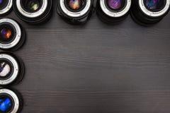 Muchas lentes costosas de la foto con la reflexión colorida como fondo Fotos de archivo