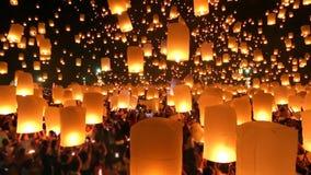 Muchas linternas del cielo que flotan en el festival de Loi Krathong de Chiang Mai Thailand 2014 almacen de video
