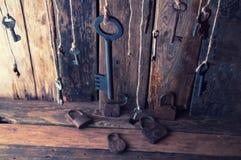 Muchas llaves que cuelgan en una secuencia Fondo de madera Foco selectivo Fotos de archivo libres de regalías