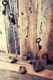 Muchas llaves que cuelgan en una secuencia Fondo de madera Foco selectivo Imágenes de archivo libres de regalías