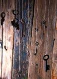 Muchas llaves que cuelgan en una secuencia Fondo de madera Foco selectivo Foto de archivo libre de regalías