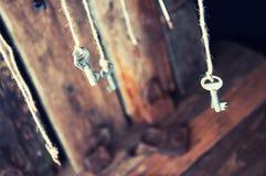 Muchas llaves que cuelgan en una secuencia Fondo de madera Foco selectivo Imagen de archivo libre de regalías