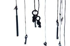 Muchas llaves rústicas que cuelgan en secuencia Foco selectivo Aislado Fotos de archivo libres de regalías