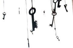 Muchas llaves rústicas que cuelgan en secuencia Foco selectivo Aislado Imagen de archivo libre de regalías