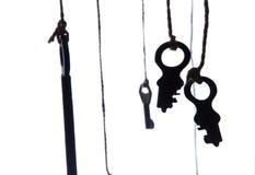 Muchas llaves rústicas que cuelgan en secuencia Foco selectivo Aislado Foto de archivo libre de regalías