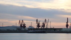 Muchas máquinas enormes de la construcción naval en la playa almacen de metraje de vídeo