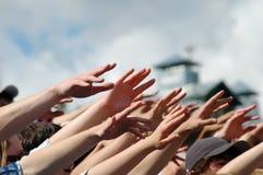 Muchas manos desesperadas que alcanzan de lado en el aire Fotografía de archivo