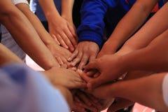 Muchas manos junto: manos que ensamblan del grupo de personas Fotos de archivo