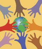 Muchas manos que alcanzan hacia fuera para el mundo Fotografía de archivo libre de regalías
