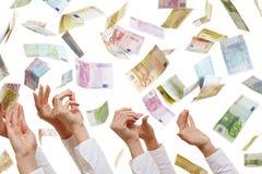 Muchas manos que alcanzan para el dinero euro Imagenes de archivo