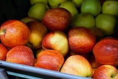 Muchas manzanas en el contador de la tienda Fotos de archivo