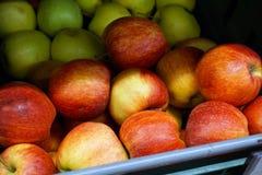 Muchas manzanas en el contador de la tienda Fotografía de archivo