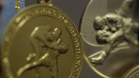 Muchas medallas de oro con el primer tricolor de las cintas Medalla para el primer lugar en la competencia en judo Muchas medalla almacen de video