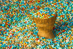 Muchas medicinas coloridas expiran en el paquete de bambú de la cesta de armadura Imagen de archivo