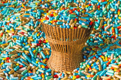 Muchas medicinas coloridas expiran en el paquete de bambú de la cesta de armadura Imágenes de archivo libres de regalías