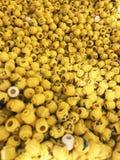 Muchas mini figuras Lego con diversas impresiones y los diseños, diversas expresiones faciales foto de archivo libre de regalías
