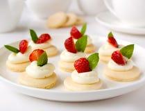 Muchas mini tartas con las bayas Fotografía de archivo libre de regalías