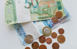 Muchas monedas del dinero y papel del cierre de Bielorrusia para arriba Foto de archivo libre de regalías