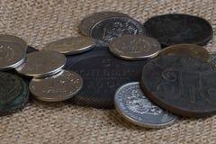 Muchas monedas del hierro en una mentira del paño de la lona resbalan la colección de monedas viejas Imágenes de archivo libres de regalías