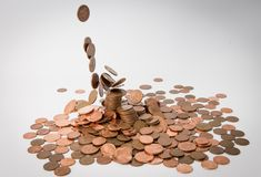Muchas monedas del metal aisladas en el fondo blanco y otras monedas que caen del cielo fotos de archivo libres de regalías