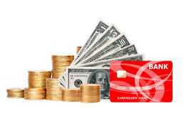 Muchas monedas en columna, dólares y la tarjeta de crédito aislada en blanco Imagenes de archivo