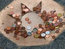 Muchas monedas en el suelo Imagen de archivo