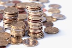 Muchas monedas euro apiladas en columnas Fotos de archivo libres de regalías