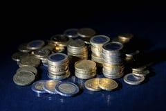 Muchas monedas y centavos euro en negro imagen de archivo libre de regalías