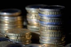 Muchas monedas y centavos euro en negro fotos de archivo libres de regalías