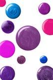 Muchas muestras redondas de esmalte de uñas Fotos de archivo