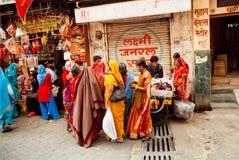 Muchas mujeres vestidas coloridas que caminan para hacer compras Fotografía de archivo libre de regalías