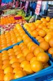Muchas naranjas en cajones en mercado Foto de archivo libre de regalías