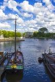 Muchas naves parqueadas en Amsterdam Foto de archivo