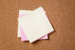 Muchas notas del recordatorio sobre tablero del corcho Foto de archivo libre de regalías
