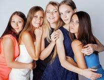 Muchas novias que abrazan la celebración en blanco Imagen de archivo