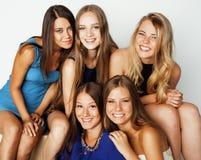 Muchas novias que abrazan la celebración en blanco Fotografía de archivo