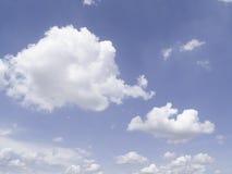 Muchas nubes con el fondo del cielo azul en verano Foto de archivo libre de regalías
