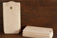Muchas nuevas tablas de cortar de un árbol de abedul en fondo de madera antiguo Imagen de archivo libre de regalías
