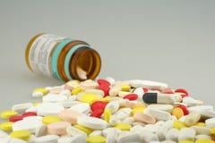 Muchas píldoras coloreadas de las drogas imagen de archivo libre de regalías