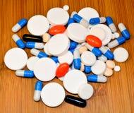 Muchas píldoras y cápsulas Fotos de archivo libres de regalías