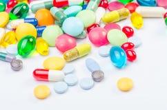 Muchas píldoras y tabletas Foto de archivo libre de regalías