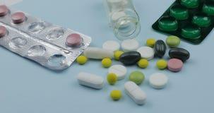 Muchas p?ldoras y drogas P?ldoras y tabletas, paquetes de ampolla Fondo para una tarjeta de la invitaci?n o una enhorabuena fotos de archivo