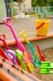 Muchas palas multicoloras del ` s de los niños con un cubo Fotografía de archivo libre de regalías