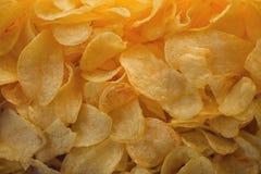 Muchas patatas fritas Patatas fritas saladas amarillo como fondo Imagen de archivo libre de regalías