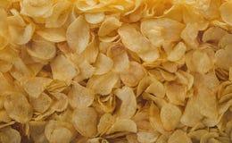 Muchas patatas fritas Patatas fritas saladas amarillo como fondo Fotografía de archivo