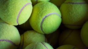 Muchas pelotas de tenis en un cubo Fotografía de archivo libre de regalías