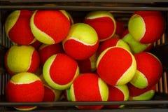 Muchas pelotas de tenis a las bolas de la cesta, campo de tenis Rejilla para el tenis Imágenes de archivo libres de regalías
