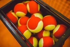 Muchas pelotas de tenis a las bolas de la cesta, campo de tenis Rejilla para el tenis Foto de archivo libre de regalías