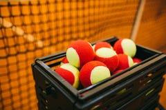 Muchas pelotas de tenis a las bolas de la cesta, campo de tenis Rejilla para el tenis Imagen de archivo libre de regalías