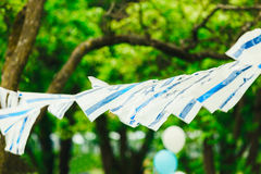 Muchas pequeñas banderas de Israel pesan en cuerdas contra la perspectiva de árboles en el día de fiesta del Día de la Independen fotos de archivo libres de regalías
